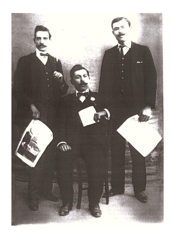 Nino Scuderi, Diego Curatolo (seduto) e Pietro Grammatico in una foto di gruppo, con i simboli della propaganda socialista