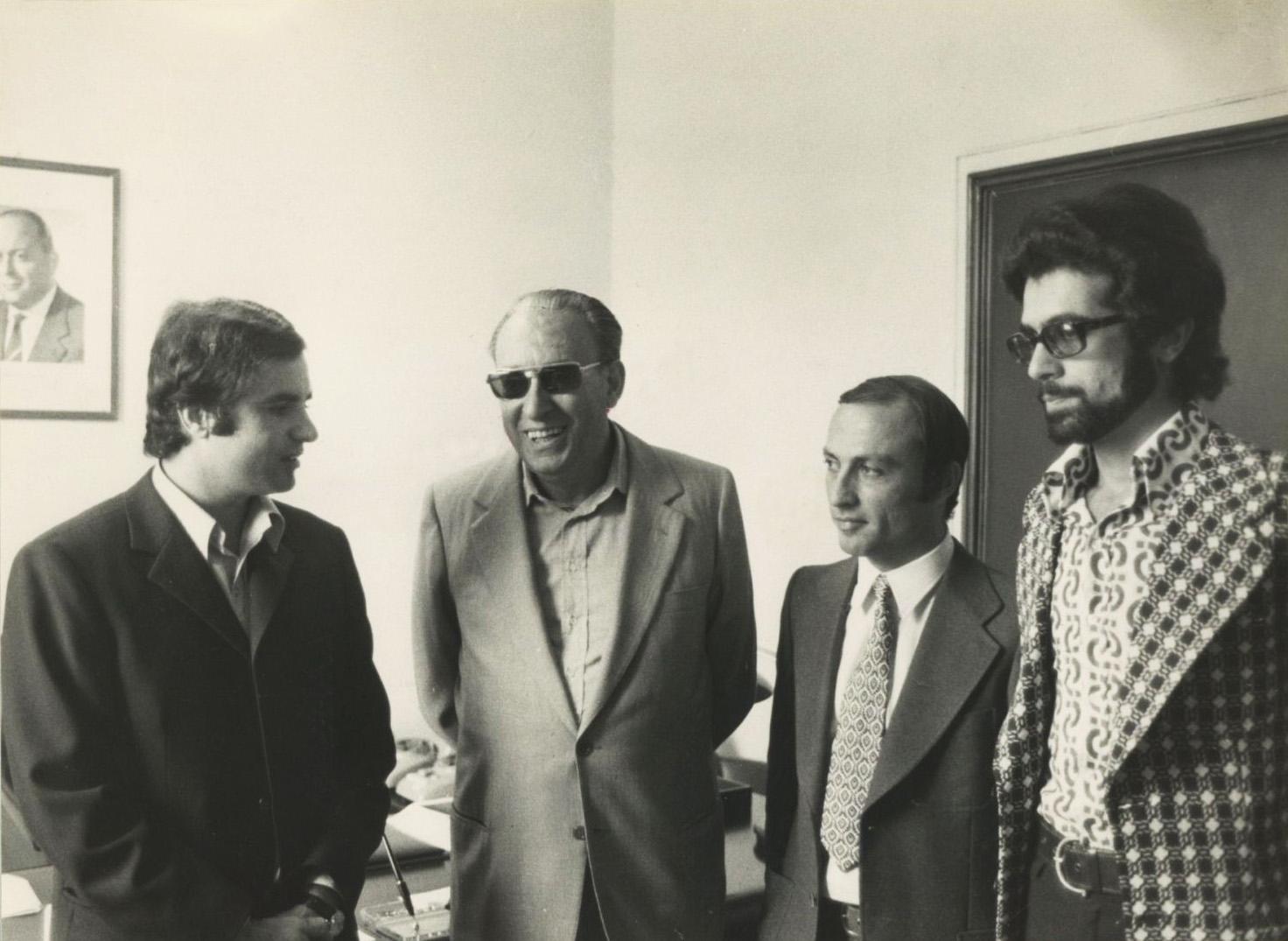 Stathis Panagulis, Nikos Zambelis e Giacomo Mancini_sullo sfondo alla parete l'immagine di Brodolini